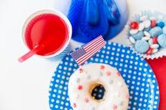 Beignet avec du jus et des sucreries le Jour de la Déclaration d'Indépendance Photo libre de droits