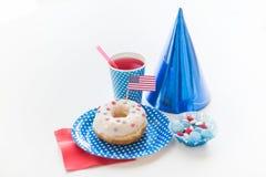 Beignet avec du jus et des sucreries le Jour de la Déclaration d'Indépendance Images libres de droits