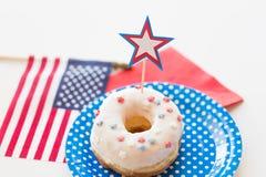 Beignet avec la décoration d'étoile le Jour de la Déclaration d'Indépendance Images stock