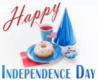 Beignet avec la décoration et la boisson de drapeau américain Photo stock
