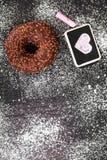Beignet avec le dessin de chocolat et de coeur Images libres de droits