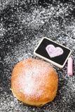Beignet avec le dessin en poudre de sucre et de coeur Photos libres de droits