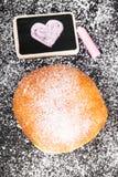 Beignet avec le dessin en poudre de sucre et de coeur Photos stock