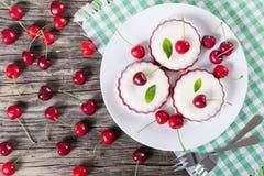 Beignet avec le glaçage de fraise sur le plat blanc Vue supérieure photos libres de droits
