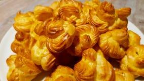 Beignet bakte vers alvorens wordt gevuld met room en verfraaid met suikerglazuursuiker royalty-vrije stock afbeelding