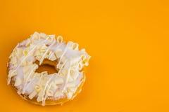 Beignet blanc de chocolat sur le fond jaune Images stock