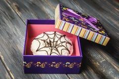 Beignet coloré dans un beau boîte-cadeau pourpre Images stock
