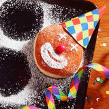 Beignet de carnaval sur le plateau avec le chapeau et les confettis Photo stock