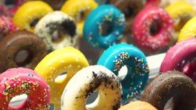 Beignet de dessert de bonbons avec Sugar Sprinkles banque de vidéos