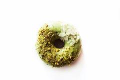 Beignet de pistache sur un fond blanc photo libre de droits