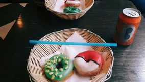 Beignet de Pokeball photo stock