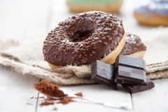 Beignet doux avec du chocolat Images stock