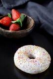 Beignet et fraises Photo stock