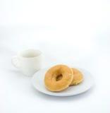 Beignet et tasse de café sur le fond blanc Photo stock