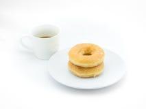 Beignet et tasse de café sur le fond blanc Images stock