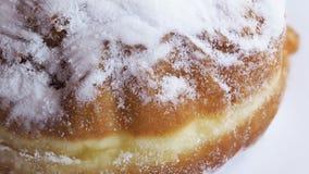 Beignet luxuriant avec du sucre en poudre d'isolement sur le fond blanc Fin vers le haut photos libres de droits