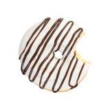 Beignet mordu avec le sirop blanc de glaçage et de chocolat photographie stock