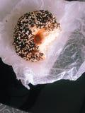 Beignet noir et blanc de la graine de sésame avec la morsure Images libres de droits