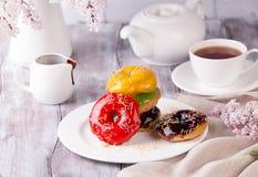 Beignet savoureux avec une tasse de café image stock