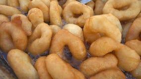 Beignet traditionnel turc de nourriture appelé Lokma banque de vidéos