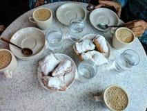 Beignets em Café Du Monde em Nova Orleães, yum fotografia de stock royalty free