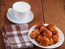 Beignets et tasse faits maison de lait Image libre de droits