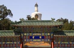 beihai北京瓷云彩门公园stupa 免版税库存图片