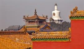beihai禁止的北京市顶房顶stupa黄色 免版税库存照片