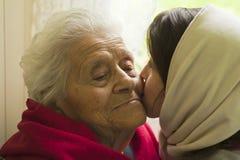 Beijando a avó Imagens de Stock Royalty Free