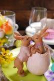 Beijando a decoração dos coelhos na tabela de easter imagens de stock