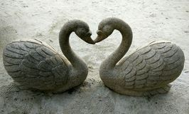 Beijando a escultura do pato foto de stock royalty free