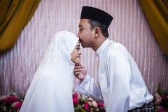Beijando a noiva Fotos de Stock