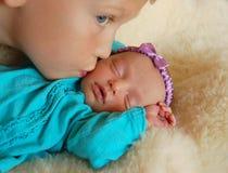Beijando o bebê Imagem de Stock Royalty Free