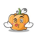 Beijando o estilo dos desenhos animados do caráter da abóbora Foto de Stock