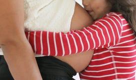 Beijando o irmão Foto de Stock Royalty Free