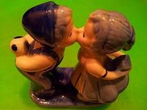 Beijando o menino e a menina fotografia de stock
