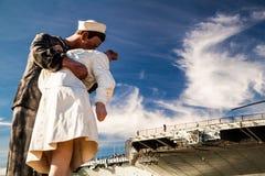 Beijando o porta-aviões intermediário do andUSS da estátua imagens de stock