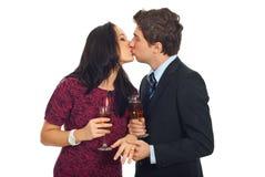 Beijando pares no dia do Valentim foto de stock royalty free