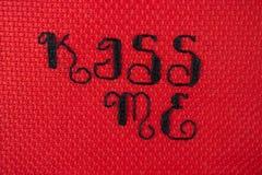Beije-me transversal costurado no vermelho Fotografia de Stock