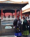 Beijin, Βιετνάμ - 30 Μαρτίου 2019: Γυναίκες που φορούν το παραδοσιακό κιμονό σε έναν ναό στην απαγορευμένη πόλη στοκ φωτογραφίες