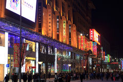 beijing berömd shoppinggata som wangfujing Fotografering för Bildbyråer