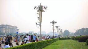 BEIJING-JUNE 24, 2017: Utländsk turist på solig Tiananmen fyrkant, en av de mest besökte platserna i den hela världen arkivbilder