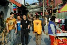 Beijing Kina: Upptagen Hutong gata Fotografering för Bildbyråer