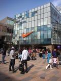 Beijing shoppinggalleria, Nike lager Arkivfoto