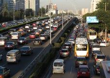 Beijing tunga trafikstockning och bilar Arkivfoto