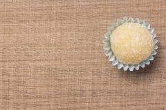 Beijinho é uns doces de Brasil: leite condensado e coco chi imagens de stock royalty free
