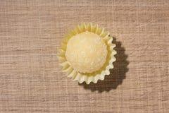 Beijinho é uns doces de Brasil: leite condensado e coco chi imagem de stock royalty free