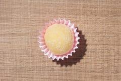 Beijinho é uns doces de Brasil: leite condensado e coco chi fotografia de stock