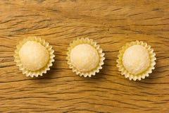 Beijinho é uns doces de Brasil: leite condensado e coco chi fotos de stock