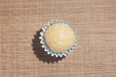 Beijinho é uns doces de Brasil: leite condensado e coco chi fotos de stock royalty free